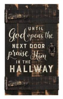 PNL 0608 Veggdekor - Until God Opens The Next Door Praise Him in the Hallway (61x35 cm)